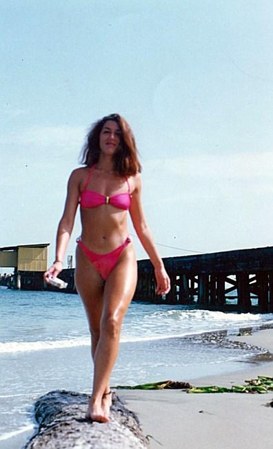 Med henneslubben kropp og Brun hårtype uten BH (BH-størrelse ) på stranda i bikini